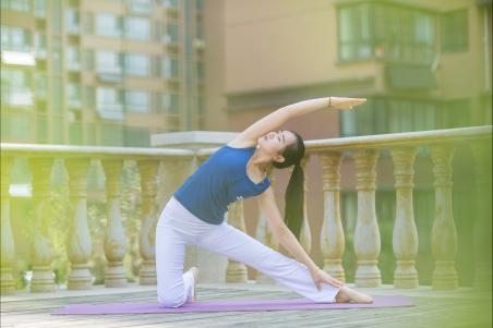 清晨在阳台练瑜伽的美女4k壁纸