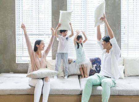 父母和孩子在客厅沙发嬉戏打闹亲子4K图片
