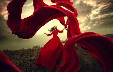 穿红色礼服裙子的美女红色彩带摄影图片